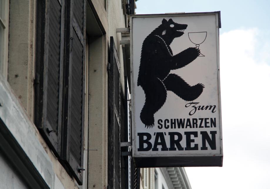 Der berüchtigte Schwarze Bär sieht von aussen noch gleich düster aus. Noch immer ist er eine der wenigen Lokale, in die man von aussen nicht hineinsieht. Statt einer währschaften Kleinbasler Bierbeiz ist nun aber die «Belvedere Shisha Lounge» hier daheim.