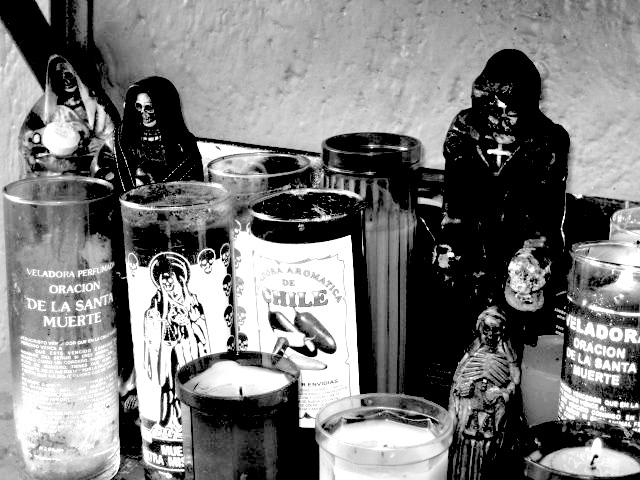 Santa Muerte mit Kerzen