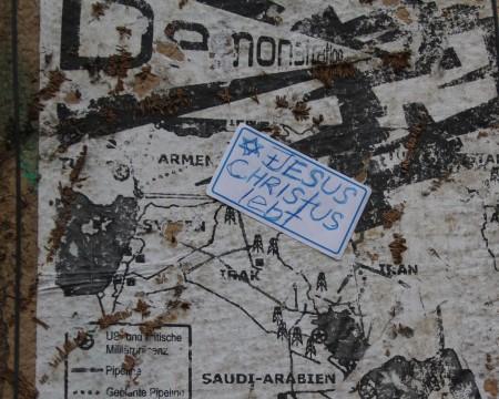 Jesus lebt und Demo-Plakat