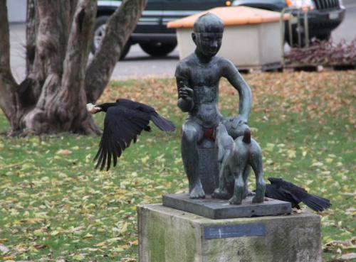 Krähe und Skulptur am St. Johanns-Platz