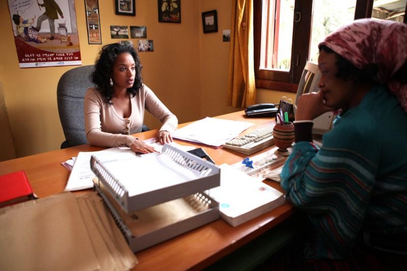 Die Anwältin Polizei aus, wohl im sicheren Glauben, dass sie die Todesstrafe kriegt. Die Juristin Meaza Ashenafi wird von Meron Getnet dargestellt. (Bild: zVg)
