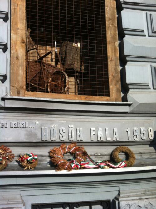 Erinnerung an den Einfall der Sowjets in Ungarn 1956  vor dem Budapester Kommunismus-Museum (Foto: Kathrin Pavic)
