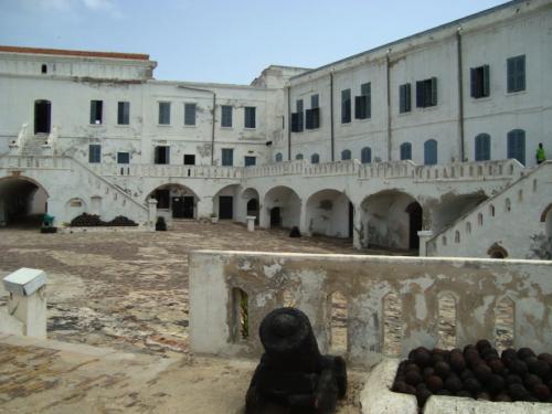 Innerhalb der Mauern von Cape Coast Castle, einer ehemaligen  Sklavenburg an der Küste Ghanas (Foto: Kathrin Pavic)