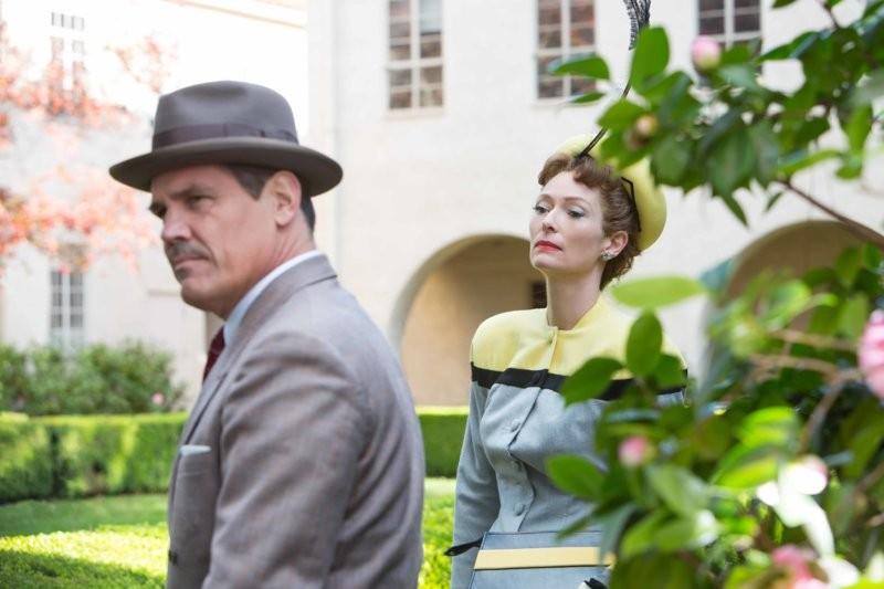 Rette sich wer kann: Eddie Mannix (Josh Brolin) auf der Flucht vor Klatschkolumnistin (Tilda Swinton). (Bild: zVg)