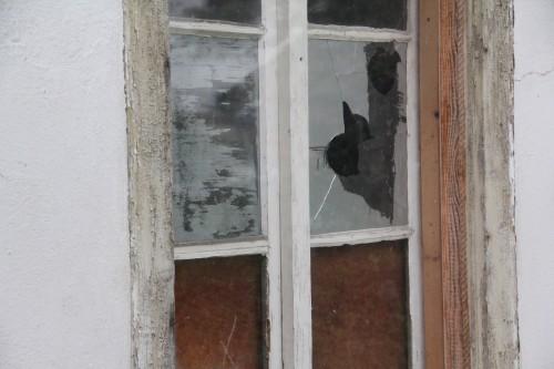 Friedhofgasse_zertrümmertes FensterJPG