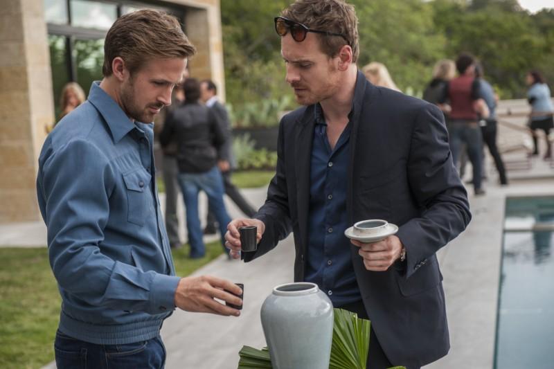 Nicht von dieser Welt: Ryan Gosling und Michael Fassbender begutachten eine Urne mit einem Malick-Drehbuch. (Bild: zVg)