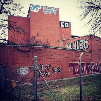 gesichtet #153: Die rote Fabrik und eine Hütte im Kreisel