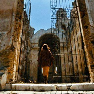 Abgefahrener Trip nach Korsika – Hélène Cattets «Laissez bronzer les cadavres»